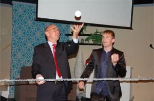 Wethouder Van Ostaijen wist samen met jongleur Niels Duinker goed hoe hij het balletje hoog moest houden tijdens de opening van Het Veur Theater. Foto: Het Krantje